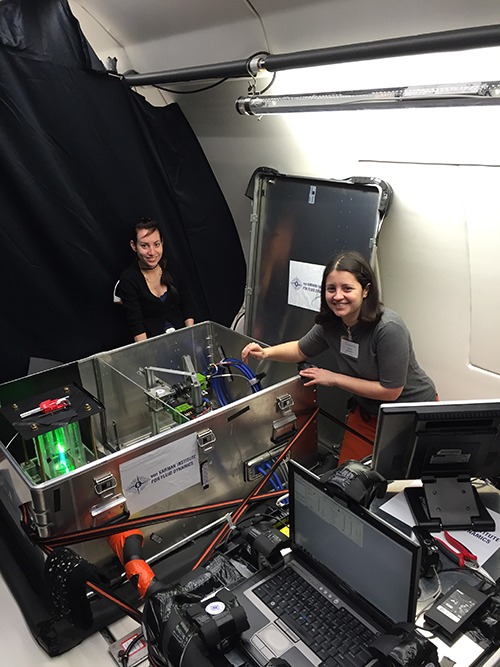 Laura Peveroni, Research Engineer at VKI and Alessia Simonini, PhD Candidate at VKI are aligning the laser
